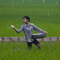 À la périphérie de DA LOC, cette femme nourrit sa rizière avec du bio fertilisant.