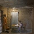 Village de Djinoubor. Casamance, Sénégal. Maison de Samba Ligue, sa petite fille Sirésine travaille dans le couloir.