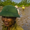 """Le """"bodoï"""", réplique du fameux casque des troupes nord vietnamiennes, est une efficace protection contre le soleil."""
