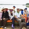 À bord d'une des embarcations, les planteurs rejoignent le village de DA LOC. Chacun d'entre eux perçoit un salaire, comme revenu complémentaire de leur activité principale.